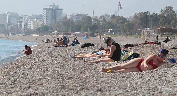 Antalya'da turistler güzel havanın tadını çıkardı