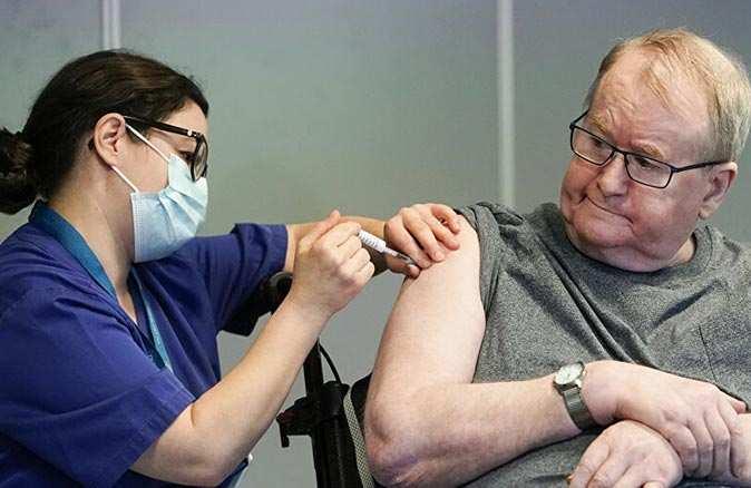 Koronavirüs aşısı yaşlı insanlar için tehlikeli mi? Uzmanlar açıkladı