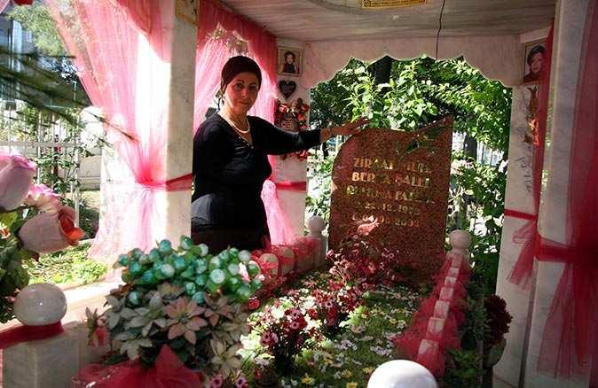 18 yıldır mezarı başında yanan ışıklar söndü