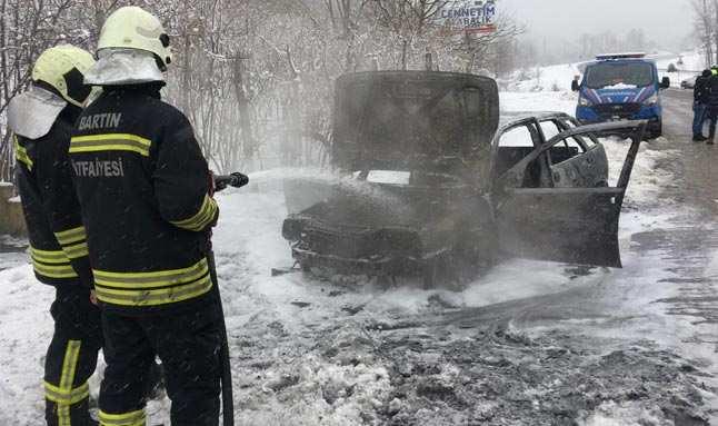Alev alan araç yanarak kullanılamaz hale geldi