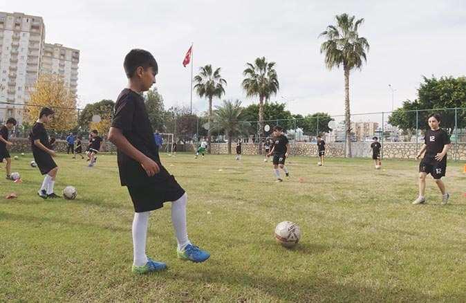 Mersin'de öğrenciler pandemi sürecinin stresini futbolla atıyorlar