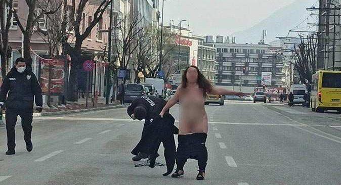 Kısıtlama gününde polisler şok geçirdi! Çıplak kadın koşmaya başladı