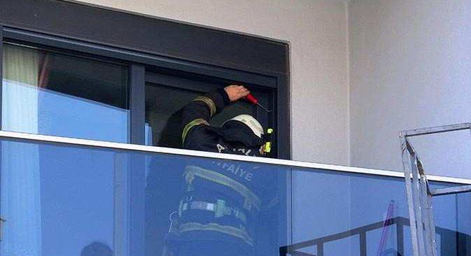 2 Yaşındaki çocuğunun balkona kilitlediği anneyi itfaiye kurtardı