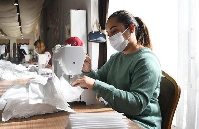 Kemer Belediyesi ücretsiz maske dağıtımına ara vermedi
