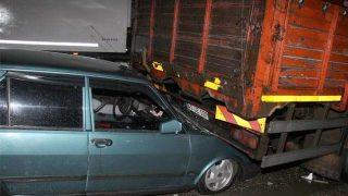 Alkollü sürücü, duran kamyona arkadan çarptı