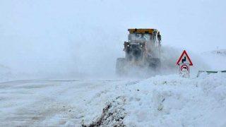 Kars'ta kar yağışı onlarca köy yolunu ulaşıma kapattı