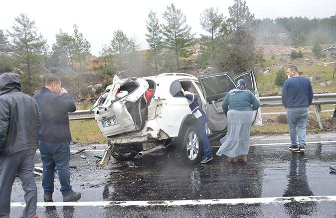 Antalya'da 4 araç birbirine girdi! Yaralılar var