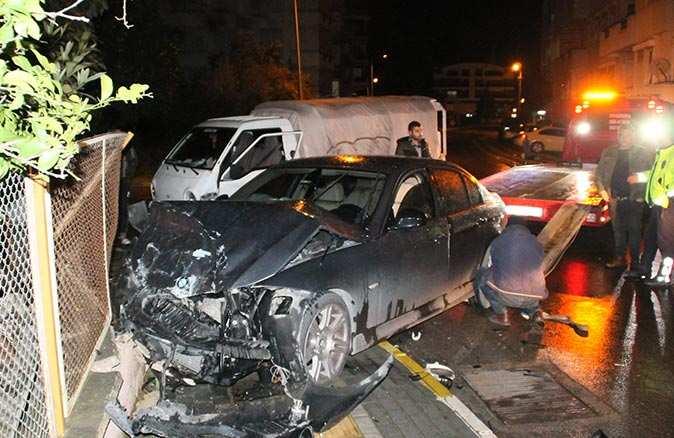 Manavgat'ta kamyonet ile otomobil çarpıştı! Sürücünün kulağı koptu