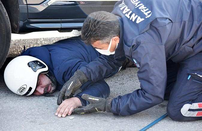 Antalya'da cip motosiklet sürücüsünü altına aldı!