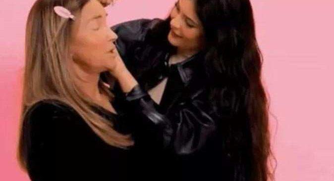 Genç milyarder Kylie Jenner babasına makyaj yaptı