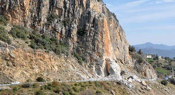 D400 Karayoluna düşen kayanın kaldırılması için çalışmalar sürüyor