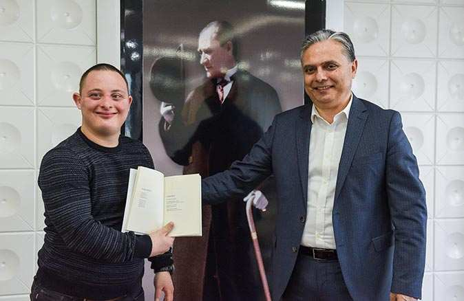 Down sendromlu genç yazar şiir kitabını Uysal için imzaladı