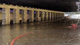 İzmir sele teslim oldu! Yollar göle döndü, her yeri su bastı