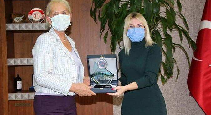 Prof. Dr. Özlenen Özkan'dan Prof. Dr. Havva İşkan Işık'a teşekkür plaketi