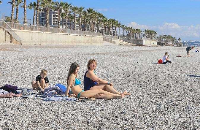 Hafta sonu sessizliğe bürünen Antalya'nın tadını turistler çıkardı