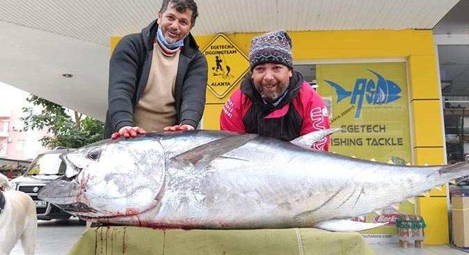 Antalya'da balıkçının oltasına takılan 85 kiloluk orkinos görenleri şaşırttı