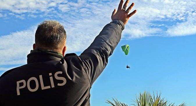 Antalya'da falezlerde uçuş yapan turist polisi alarma geçirdi