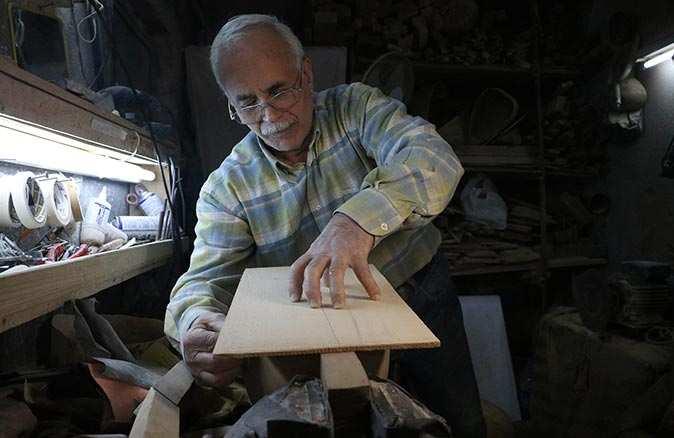 Ustasız öğrendiği saz imalatını 38 yıldır aşkla devam ettiriyor