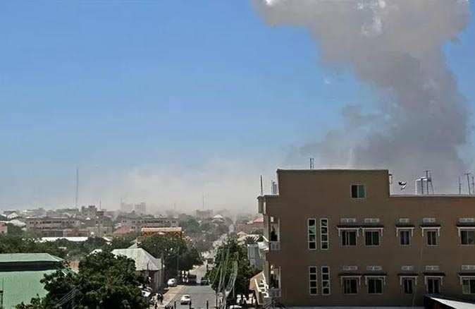 Somali'de parlamento önünde patlayıcı yüklü araç infilak etti