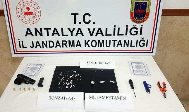 Turistlere uyuşturucu satan torbacı yakaladı