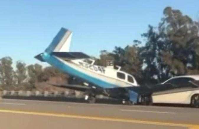 ABD'de acil iniş yapan uçak otomobile çarptı