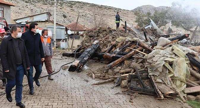 Yakaköy'de çıkan yangında 2 ev küle döndü