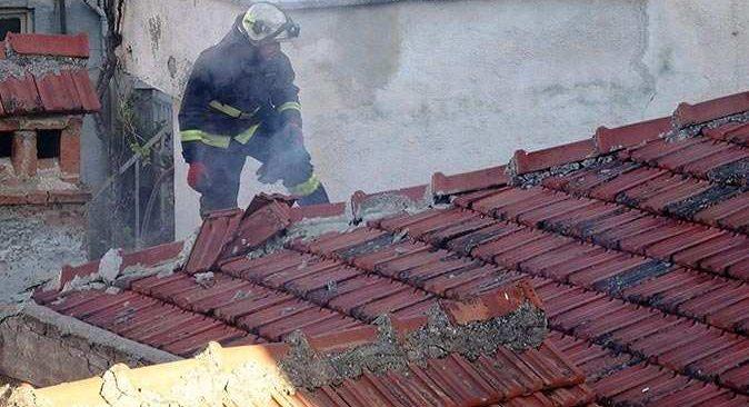Antalya'da metruk evin çatısından dumanlar yükseldi!