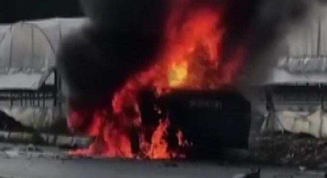 Antalya'da otomobil önce refüjde asılı kaldı sonra alev aldı! Sürücü yaralandı