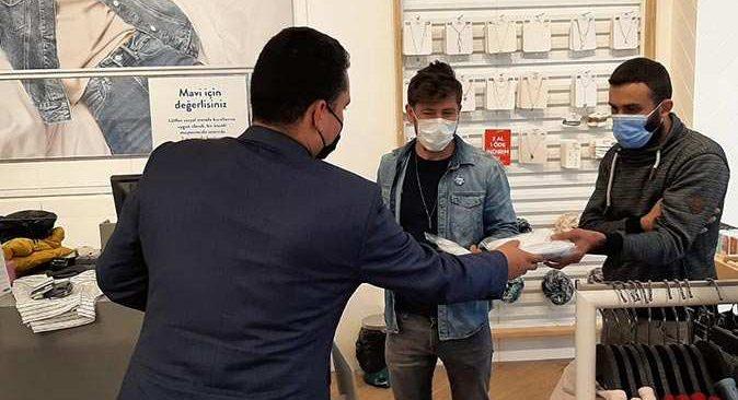 Kemer Belediyesi halka ücretsiz maske dağıtmaya devam ediyor