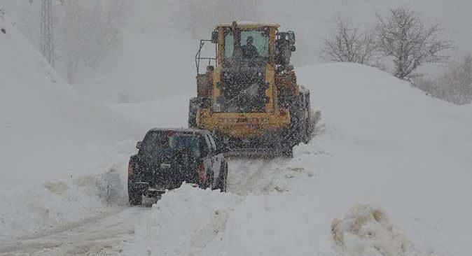 Kara kış geri geldi! 159 köy yolu ulaşıma kapandı
