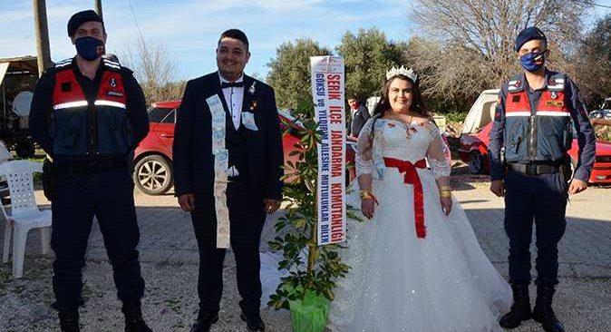 Driftli evlilik teklifinde ceza yiyen çift, düğünlerini yaptı, jandarma çiçek hediye etti