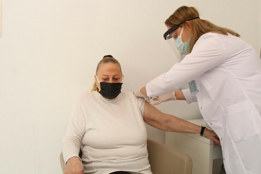 Yerleşik yabancılara Kovid-19 aşı uygulaması başladı