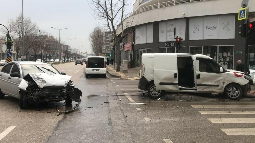 İki otomobilin çarpıştı: 9 yaralı