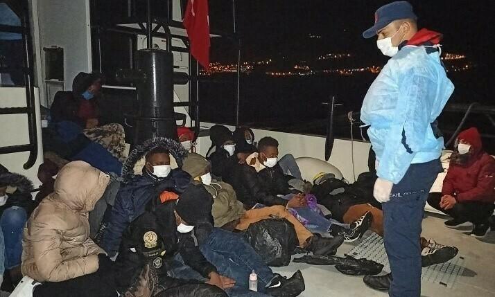 İzmir açıklarında 49 göçmen kurtarıldı! Kaçakçılar yakalandı
