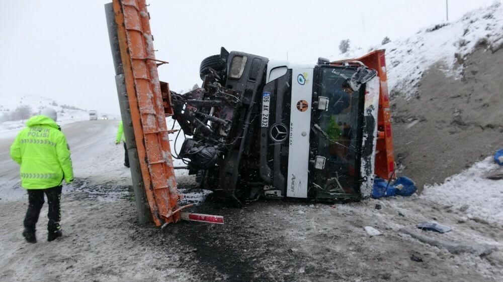 Sivas'ta kar kürüme aracı devrildi! Yaralılar var