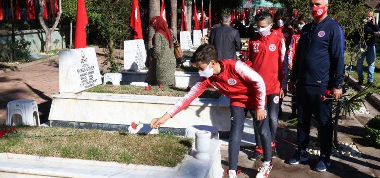 Antalyaspor U12 takımından şehit mezarlığına ziyaret
