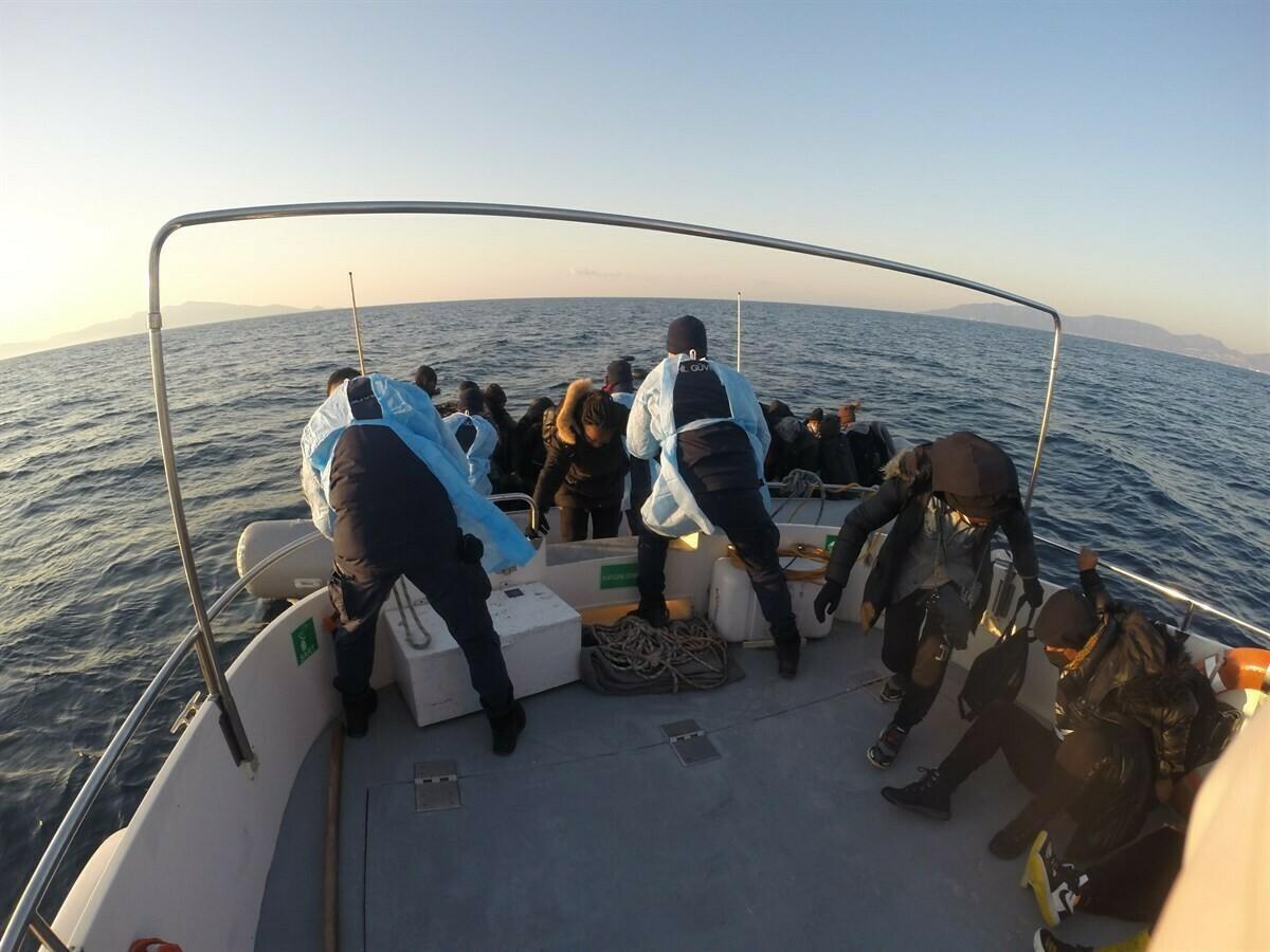 İzmir açıklarında 2 ayrı lastik bot içerisindeki 76 göçmen kurtarıldı