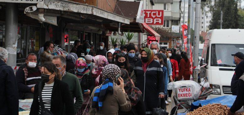 Kırmızı renkli Antalya'da lebaleb pazar yoğunluğu