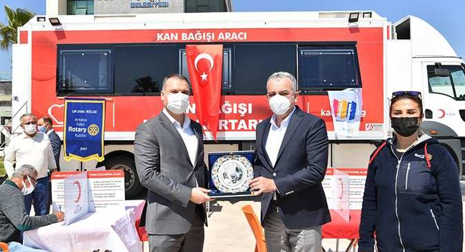 Kızılay'dan Konyaaltı Belediye Başkanı Esen'e 'teşekkür' plaketi