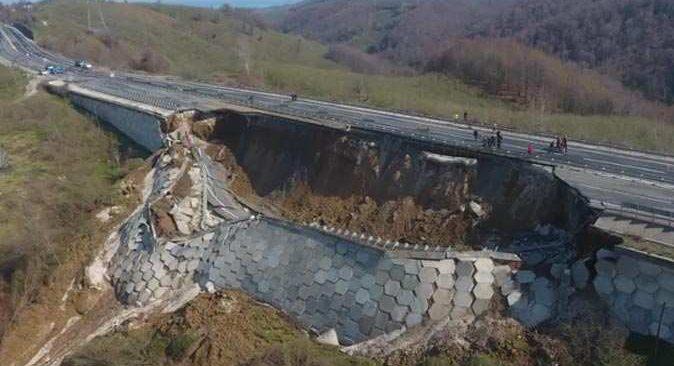Düzce-Zonguldak yolu çöktü!