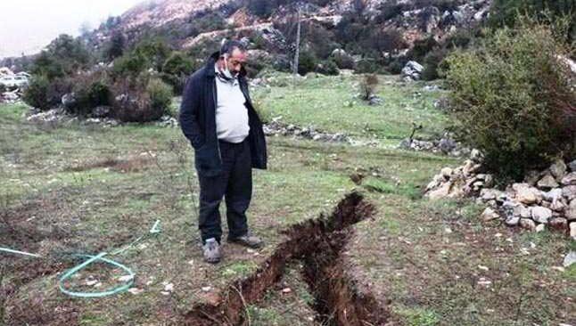 Mermer ocağı Yeşilyurt Köyü'nü çatlattı