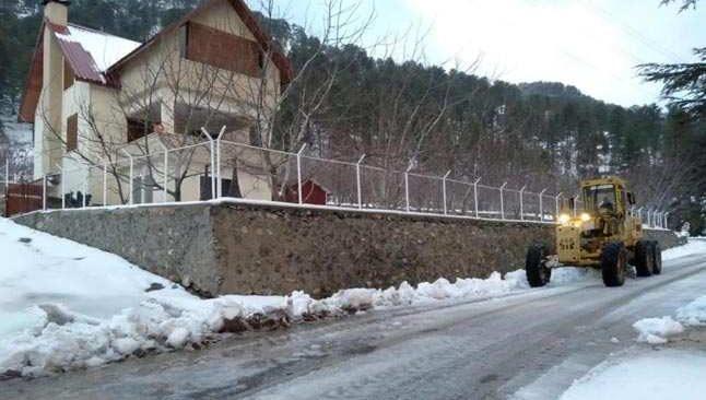 Alanya'da karla kapanan yollar açılıyor