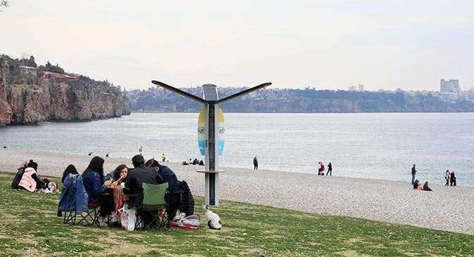Turuncu alarmın verildiği Antalya'da sahil ve parklar doldu