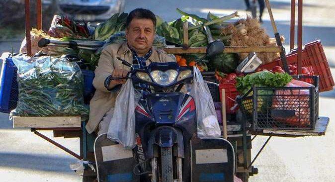 Antalya'nın şekerci amcası motosikletiyle ekmeğini kazanıyor