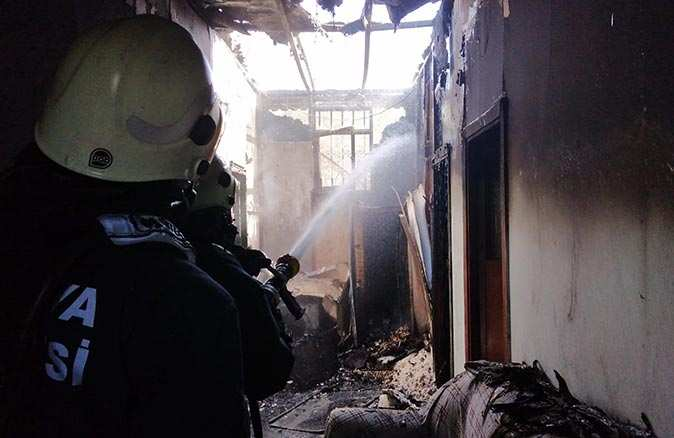 Prefabrik evde çıkan yangında eşyalar büyük zarar gördü