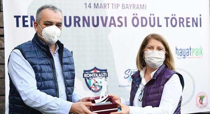 Tenis turnuvasında dereceye giren doktorlar kupalarını aldı