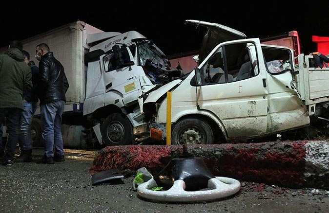 TIR kamyonetle çarpıştı! Ortalık savaş alanına döndü