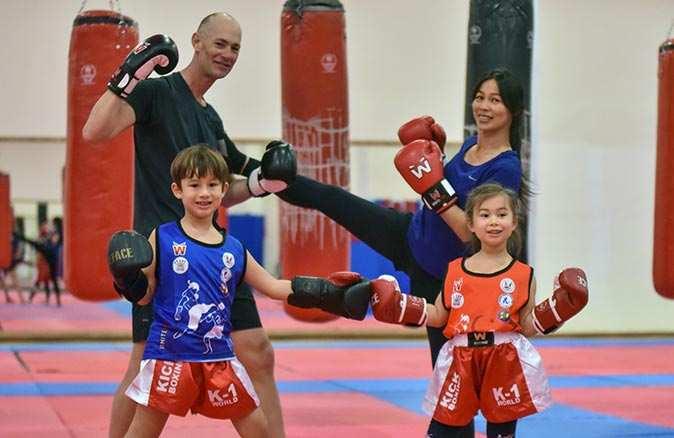 Jerrom ailesi Türk antrenörden muay thai öğreniyor
