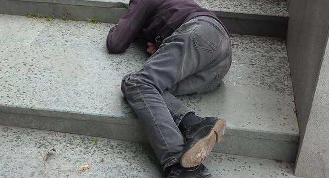 Antalya'da polisi harekete geçiren olay! Yerde yatarken bulundu, 'epilepsi hastasıyım' dedi