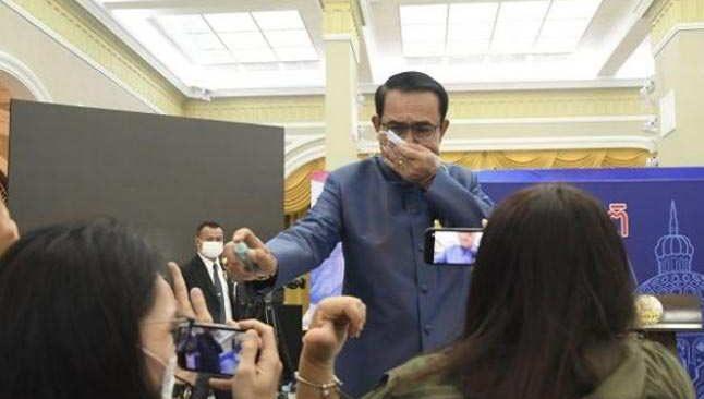 Soruyu beğenmeyen Tayland Başbakanı, gazetecilere dezenfektan sıktı
